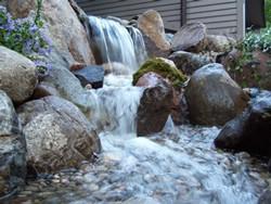 Tvenkinio papildomi elementai. Vandens krioklys